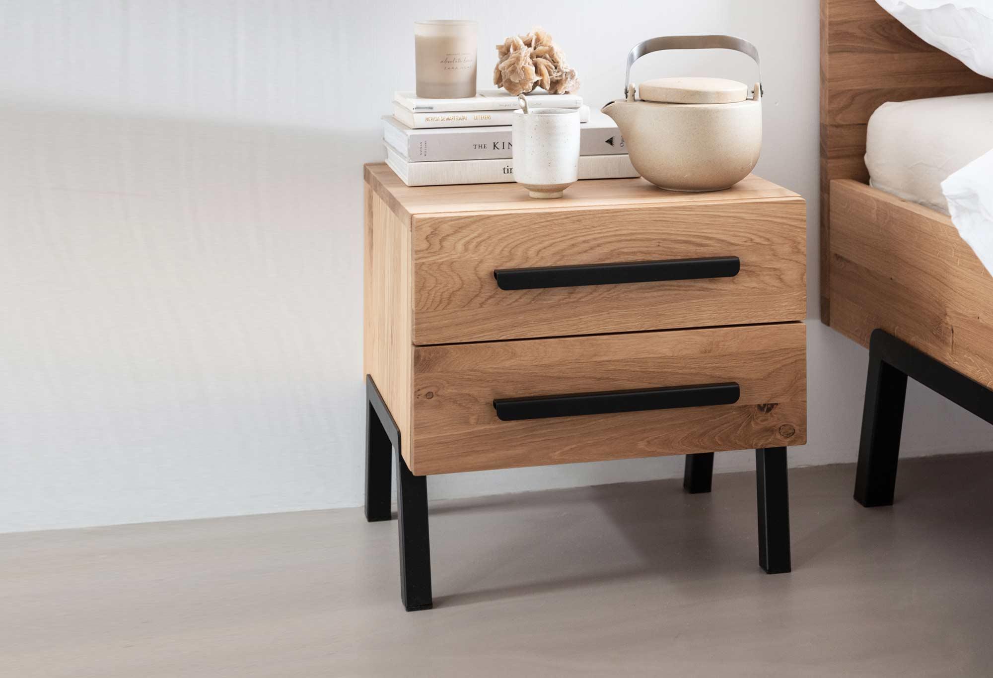 Nachttisch Balance Charm aus Eichenholz mit Stahl| Swiss Sense